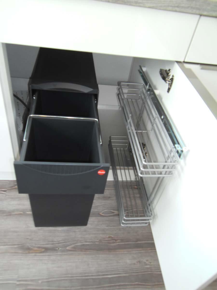 Küche 1 - Abfallsammler und Putzmittelauszug