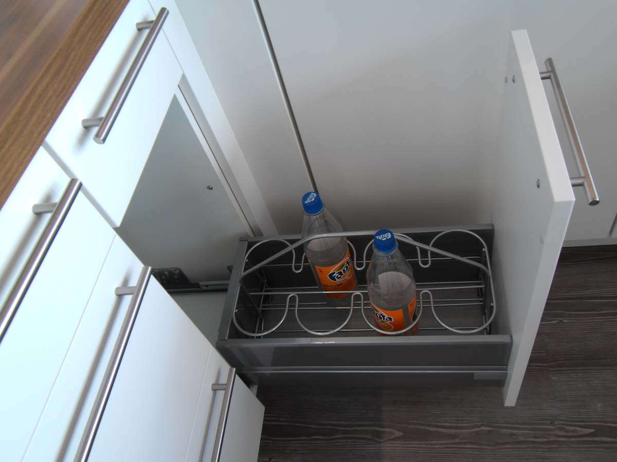 Küche 2 - Auszugsschrank mit Flaschentragekorb