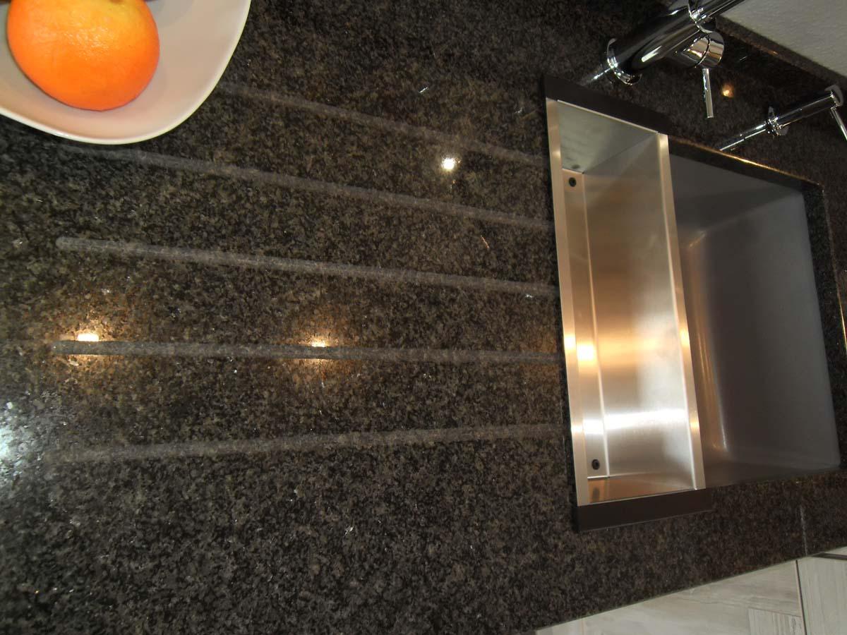 Küche 3 - Abtropfrillen in Natursteinplatte