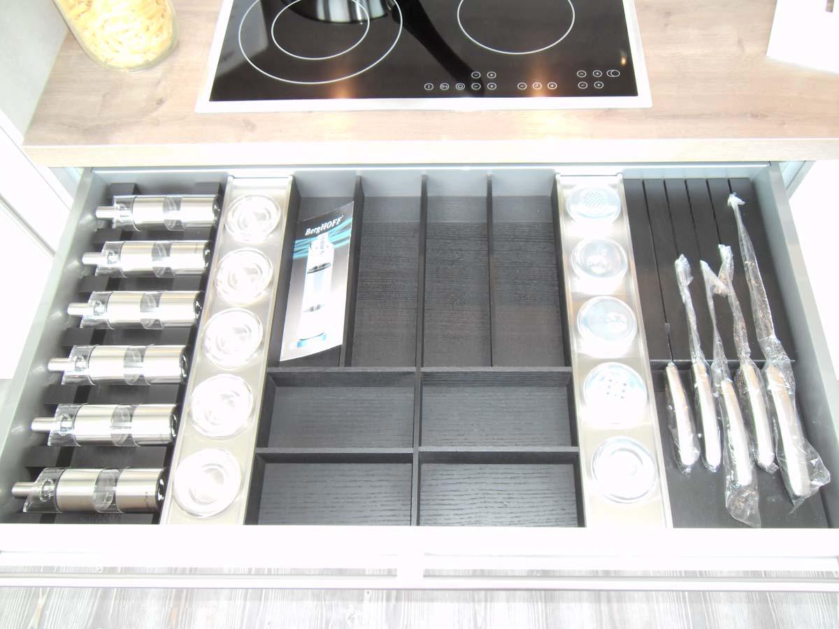 Küche 4 - Holzbesteckeinsatz mit Gewürzdosen und -mühlen sowie einem Messerblock