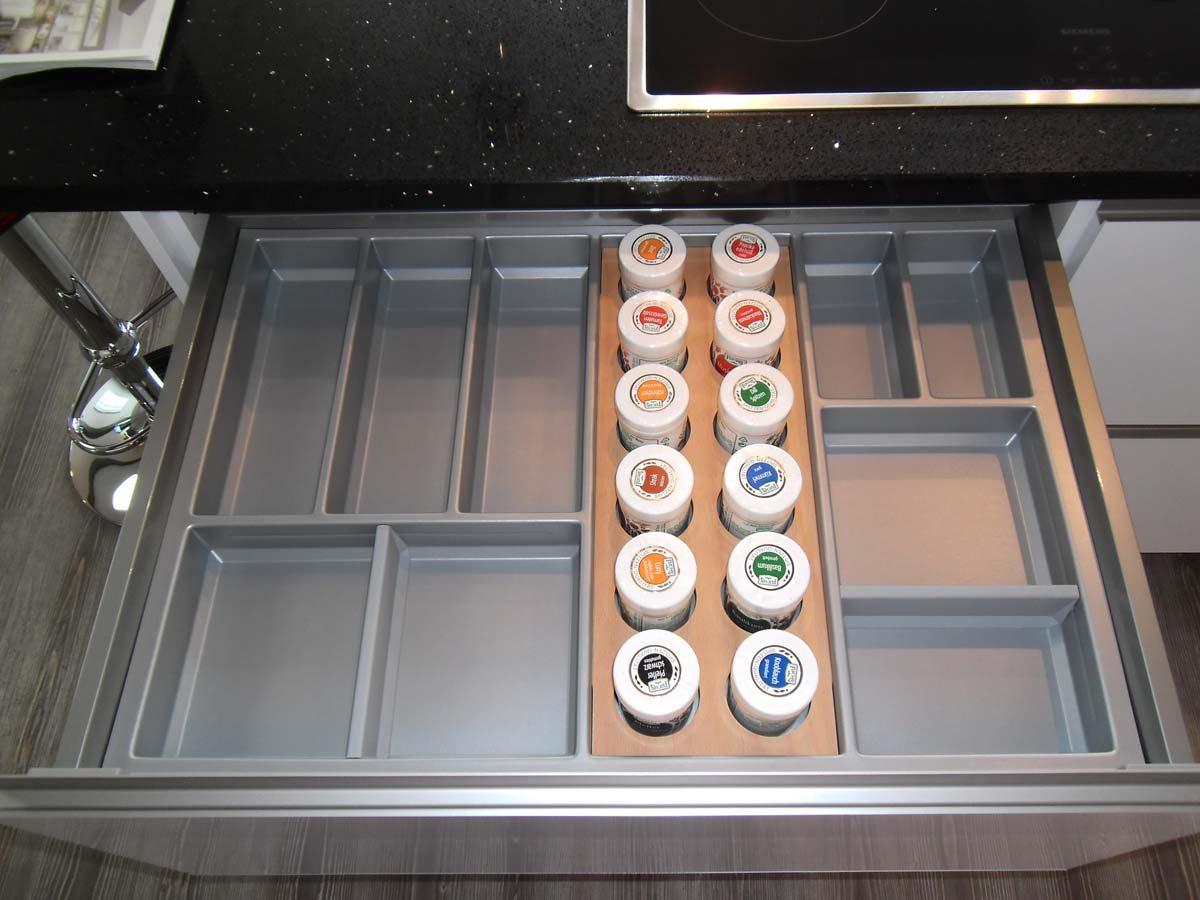 Küche 5 - Besteckeinsatz mit Gewürzdosen
