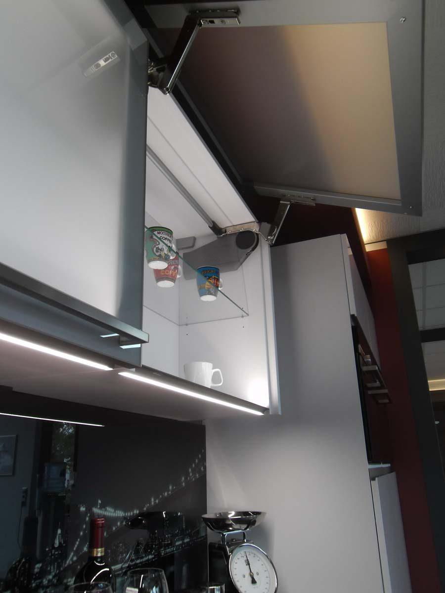Küche 5 - Klappenoberschrank mit Glasfront und LED Beleuchtung