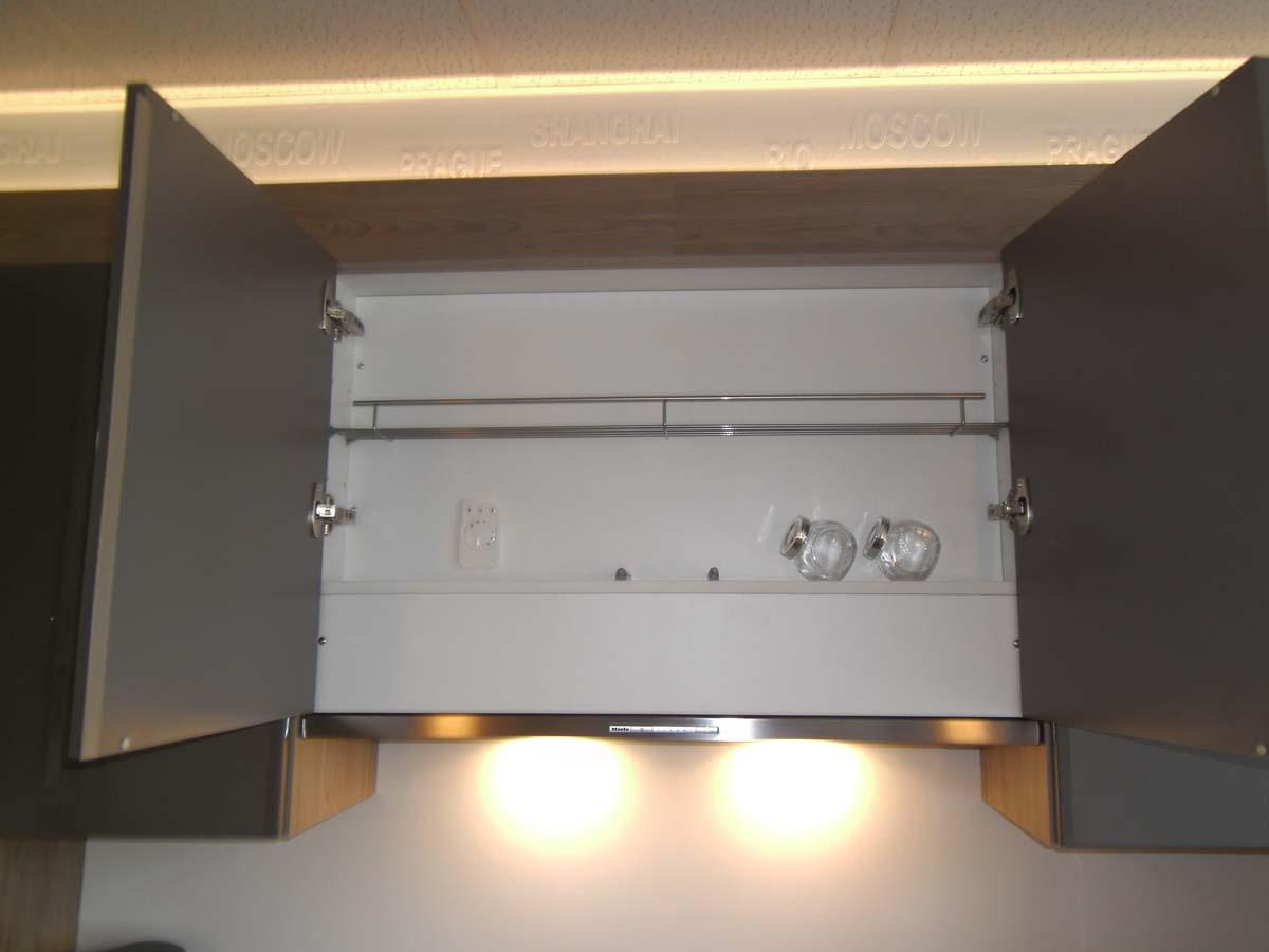 Küche 6 - Flachlüfter Dunsthaube, Schrank kann für Gewürze etc. genutzt werden