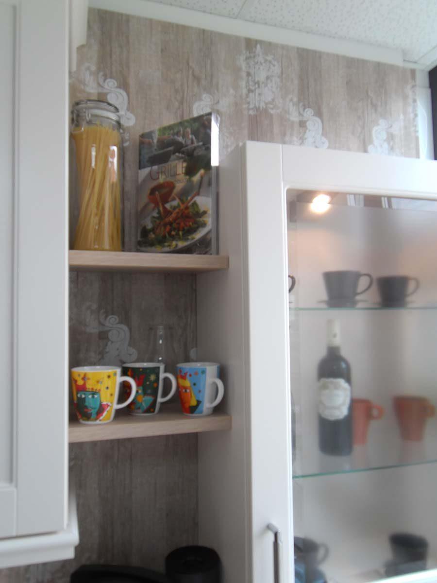 Küche 7 - dekorative Wandborde und Aufsatzschrank mit satiniertem Glas