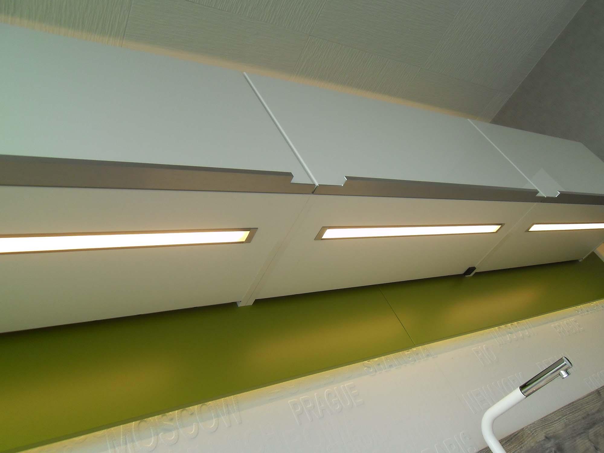 Oberschränke mit fächenbündig eingebauter LED-Beleuchtung