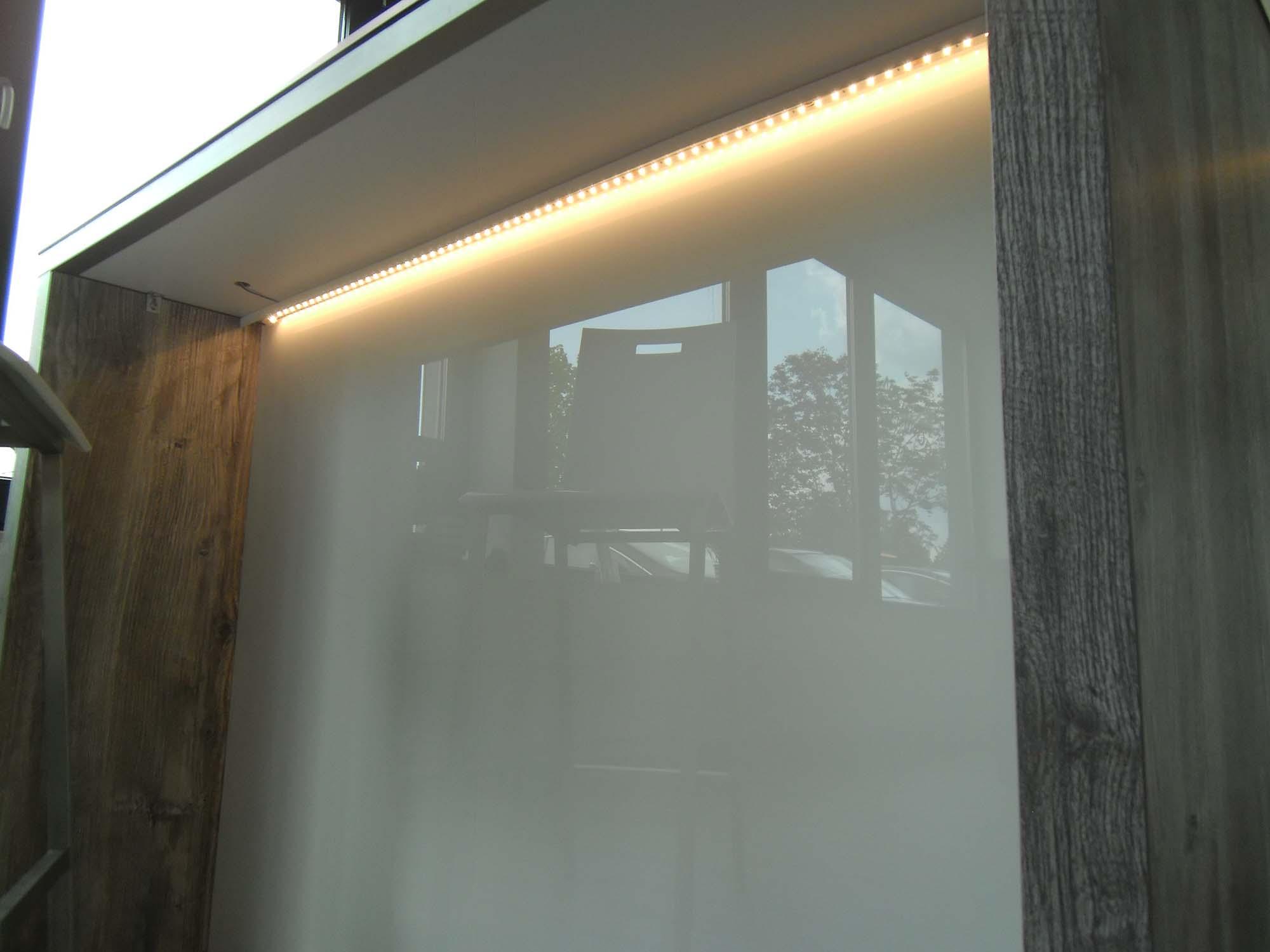 Rückwandverkleidung aus Glas mit LED-Nischenbeleuchtung