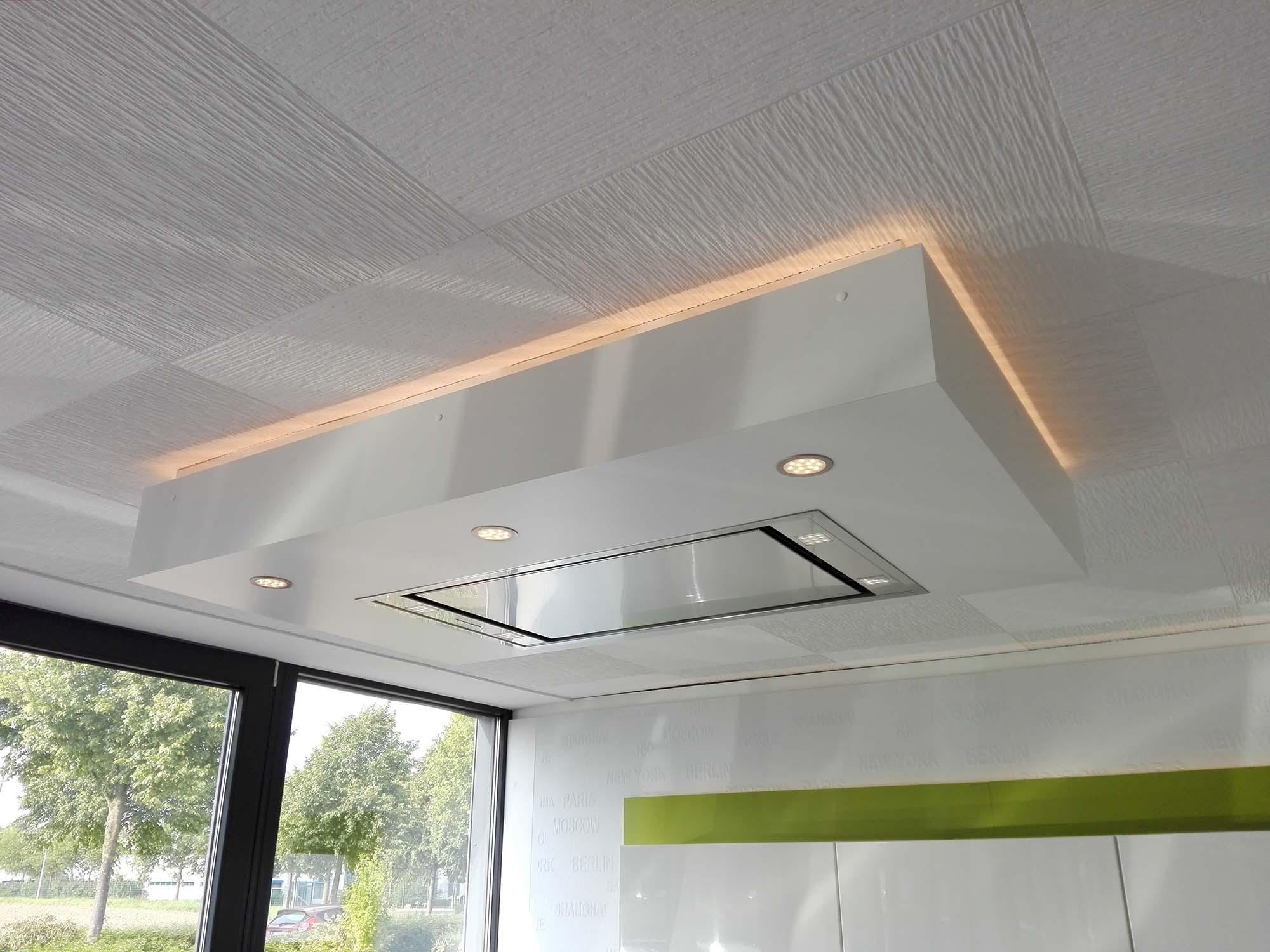 Deckenabkastung mit Deckenlüfter und LED-Beleuchtung