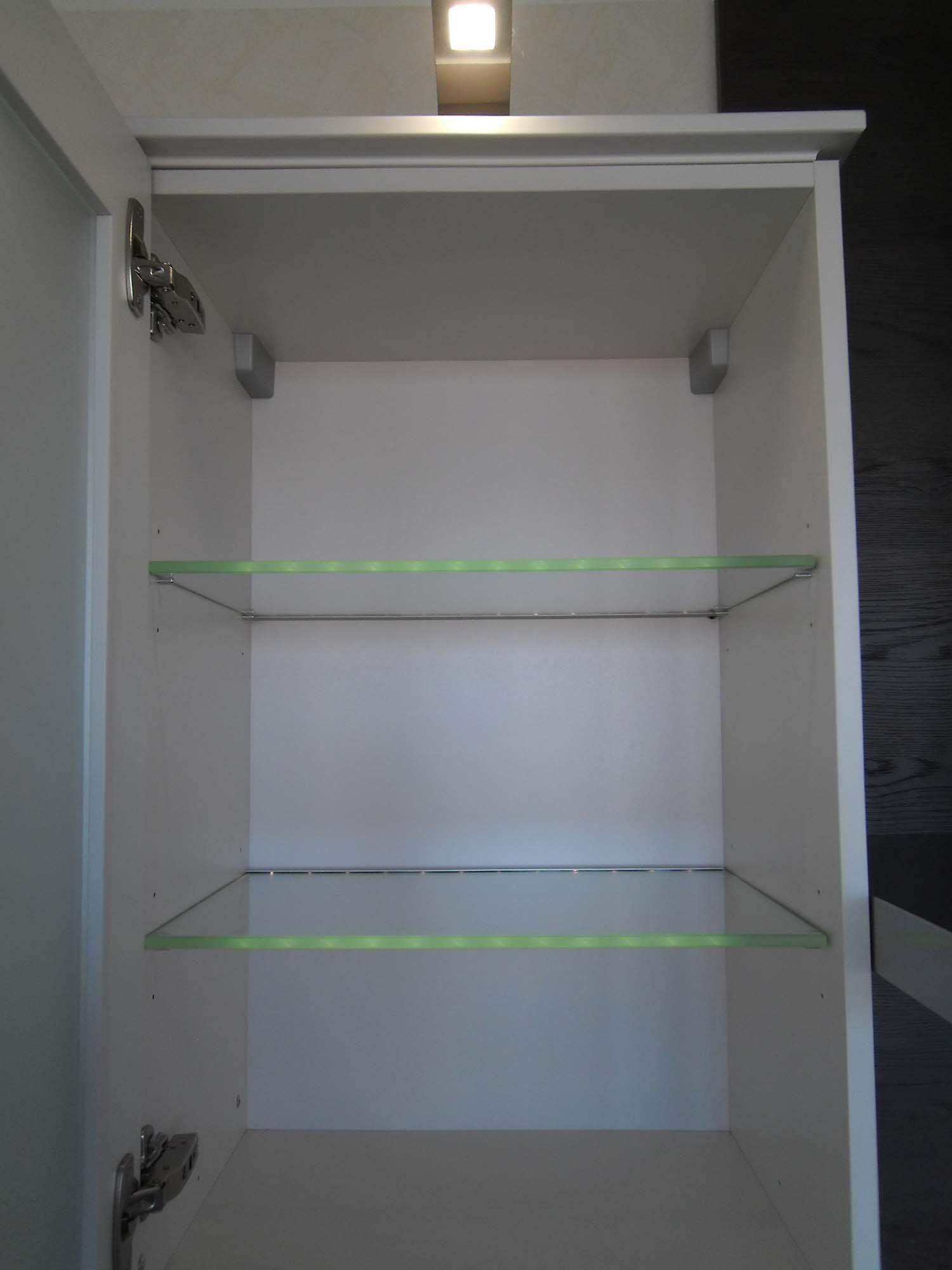Glasoberschrank mit beleuchteten Einlegeböden