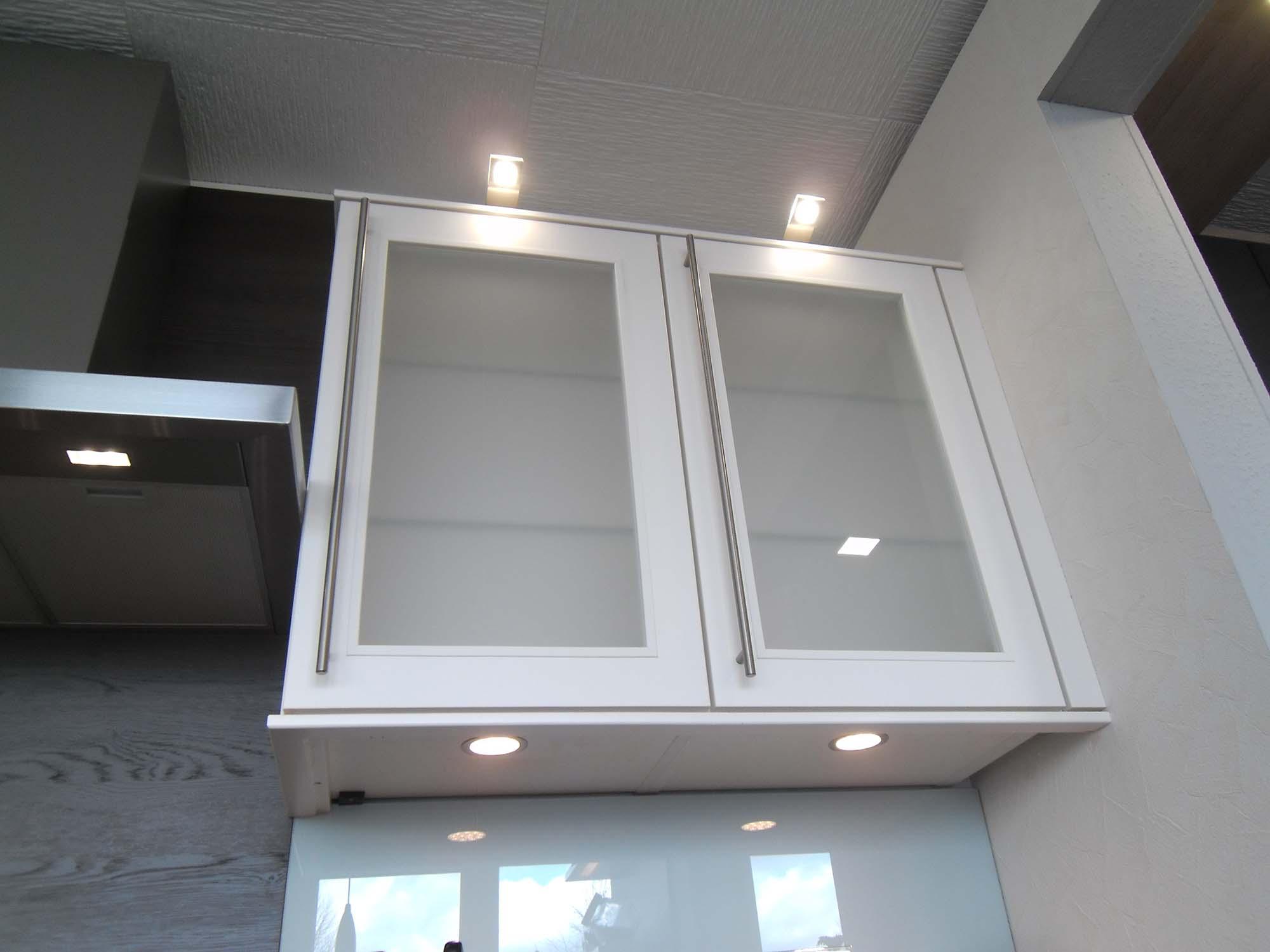 Oberschränke mit LED-Arbeitsplatz- und Ambientebeleuchtung - Küche