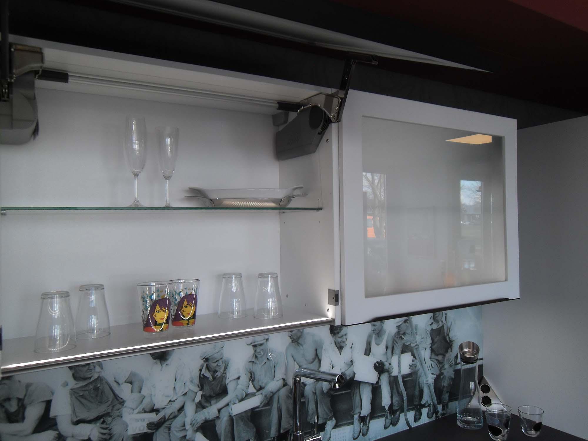 """Wandschränke mit Schwingklappen (elektrisch) sowie LED-Beleuchtung nach """"unten"""" und """"oben"""""""