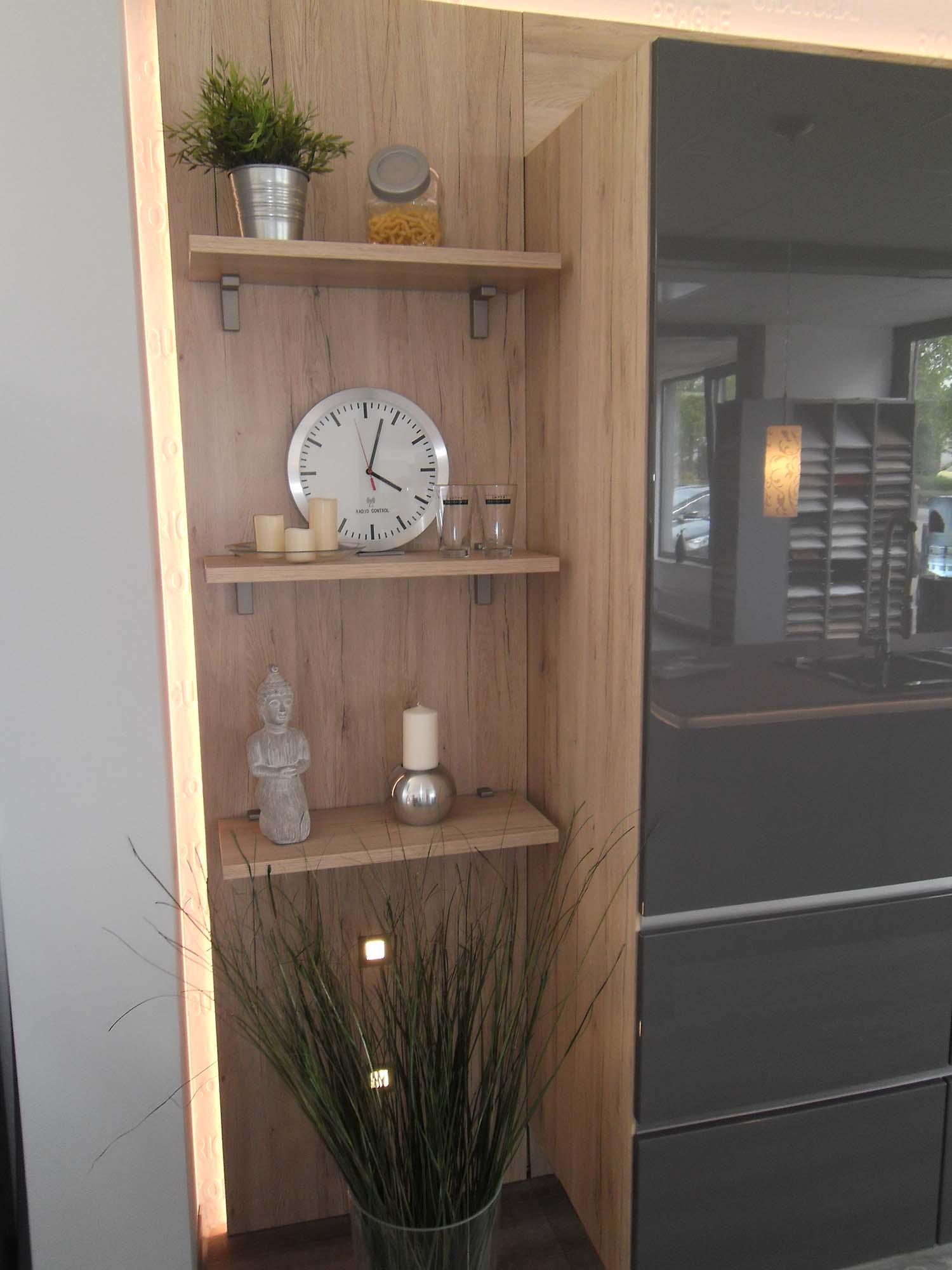 dekoratives Seitenregal und LED-Ambientebeleuchtung
