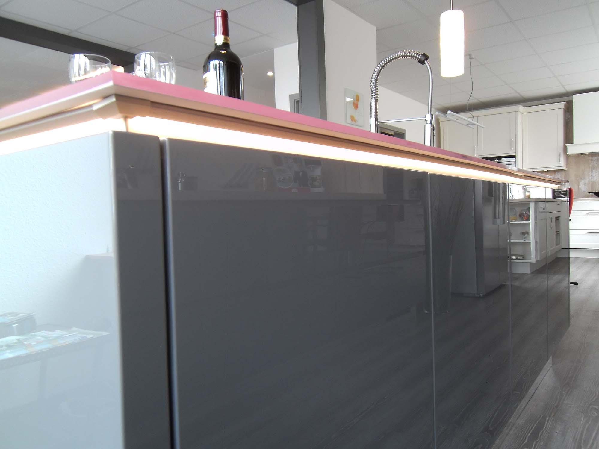 """grifflos, """"schwebende"""" Arbeitsplatte mit LED-Beleuchtung in der Griffmulde"""