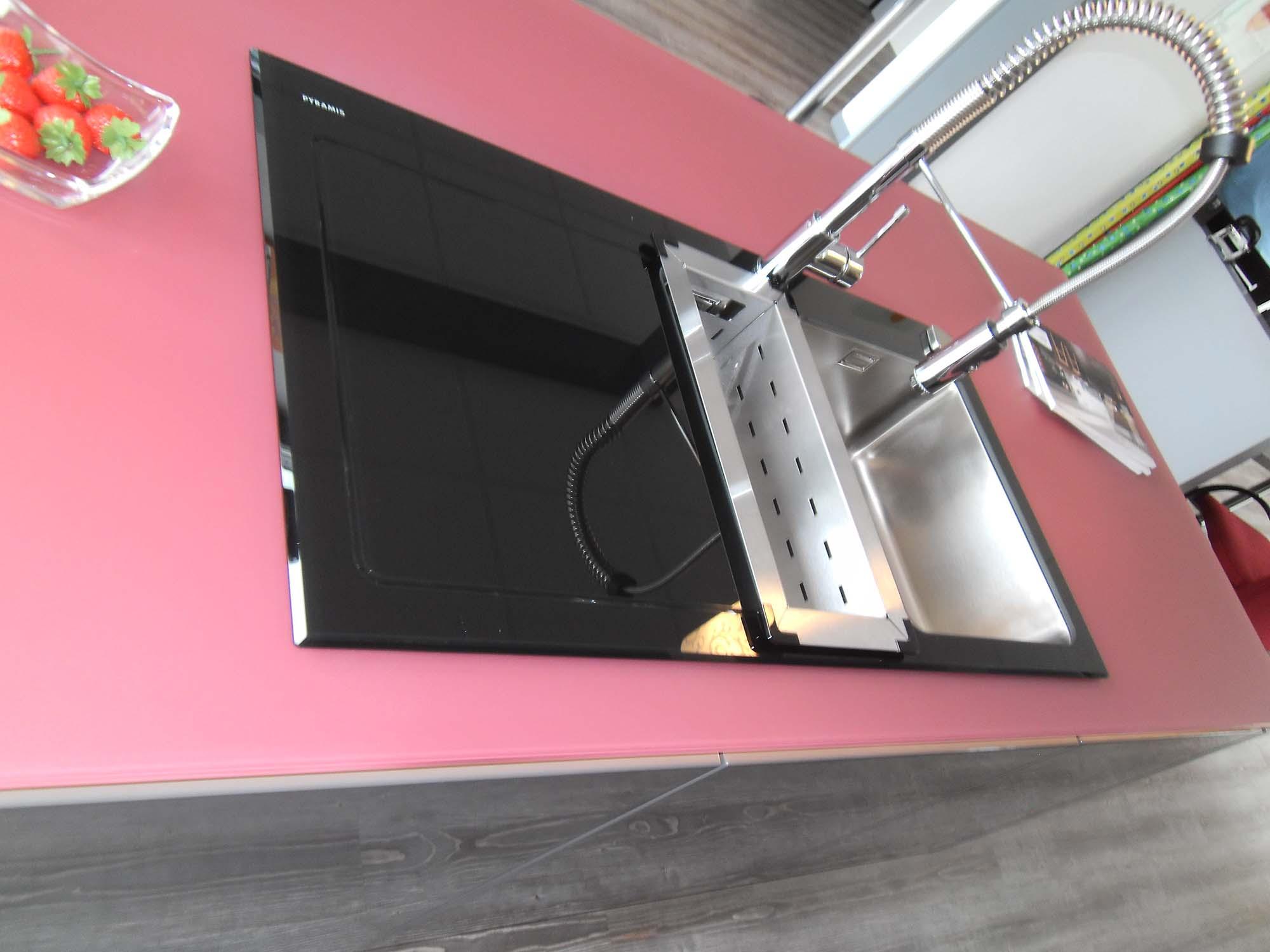 Einbauspüle mit schwarzer Glasauflage und Glasarbeitsplatte 2/2
