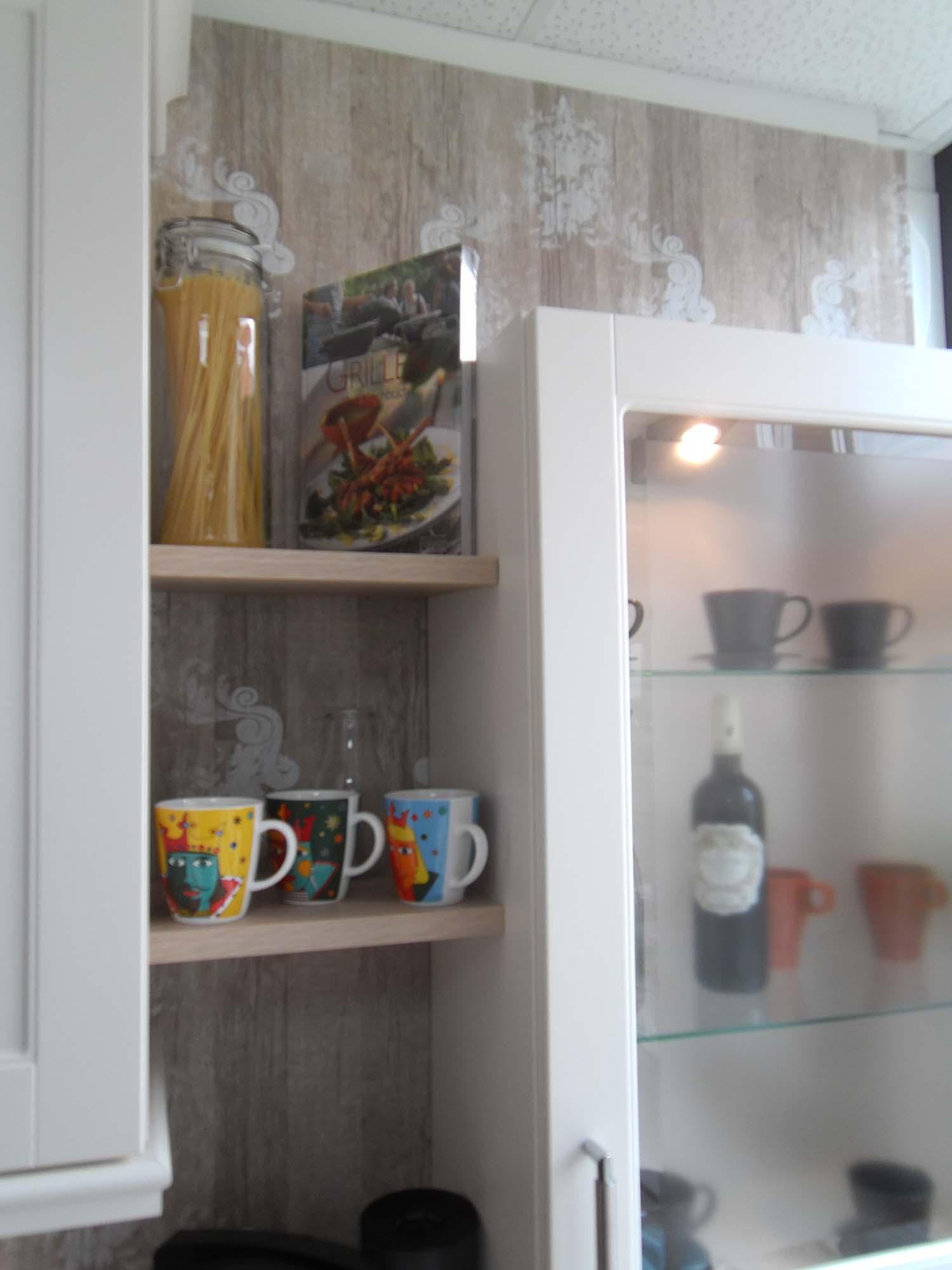 dekorative Nischenborde mit Aufsatzschrank und Facettenglas