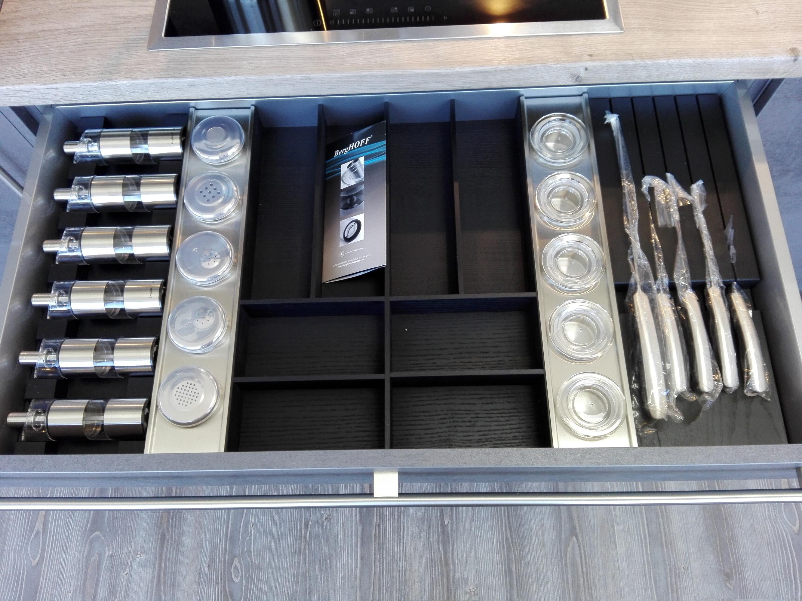 Küche 4 - Besteckeinsatz mit Gewürzmühlen, Gewürzdosen und Messerblock