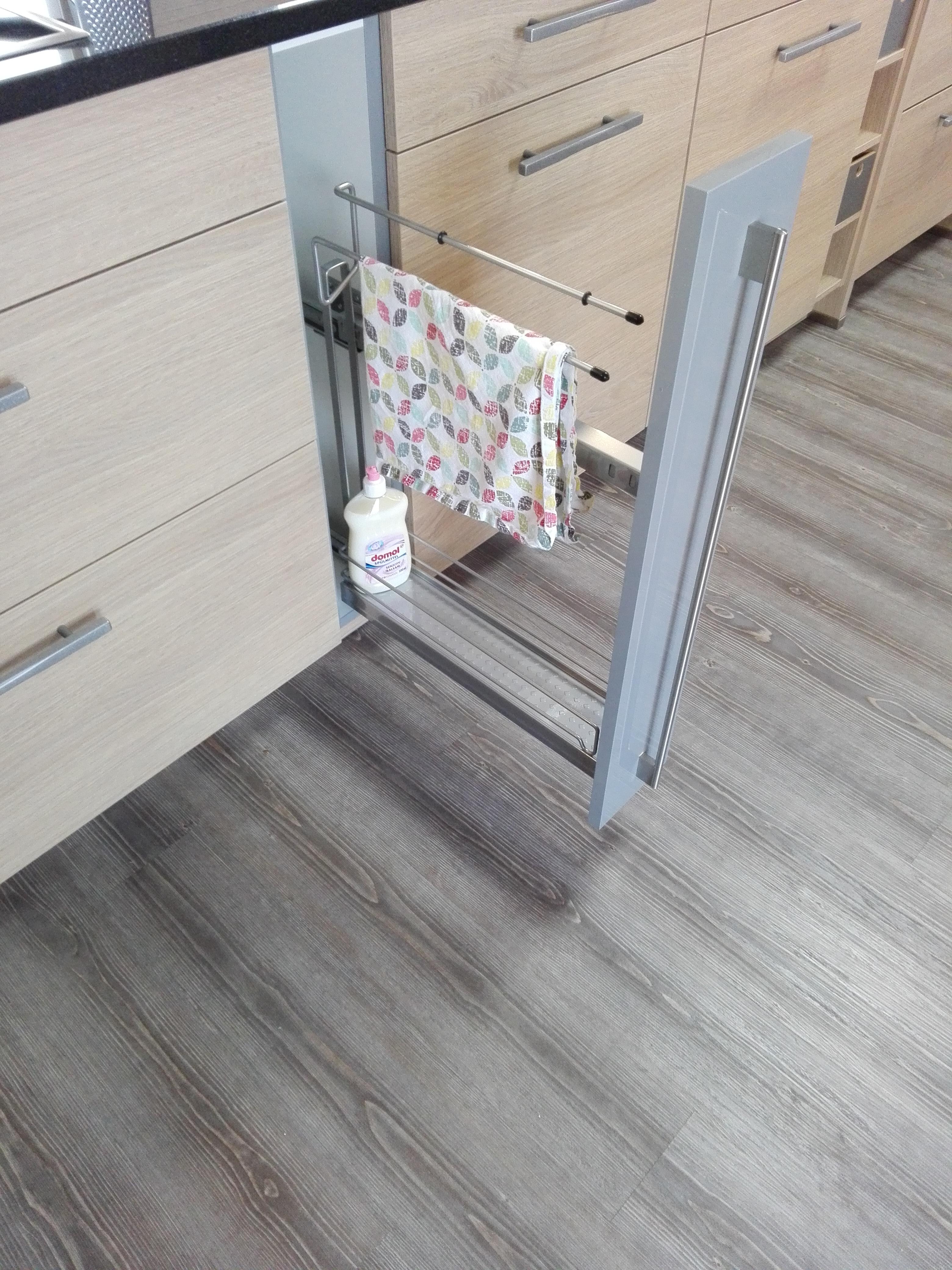 Küche 3 - Auszugsschrank mit Handtuchhalter