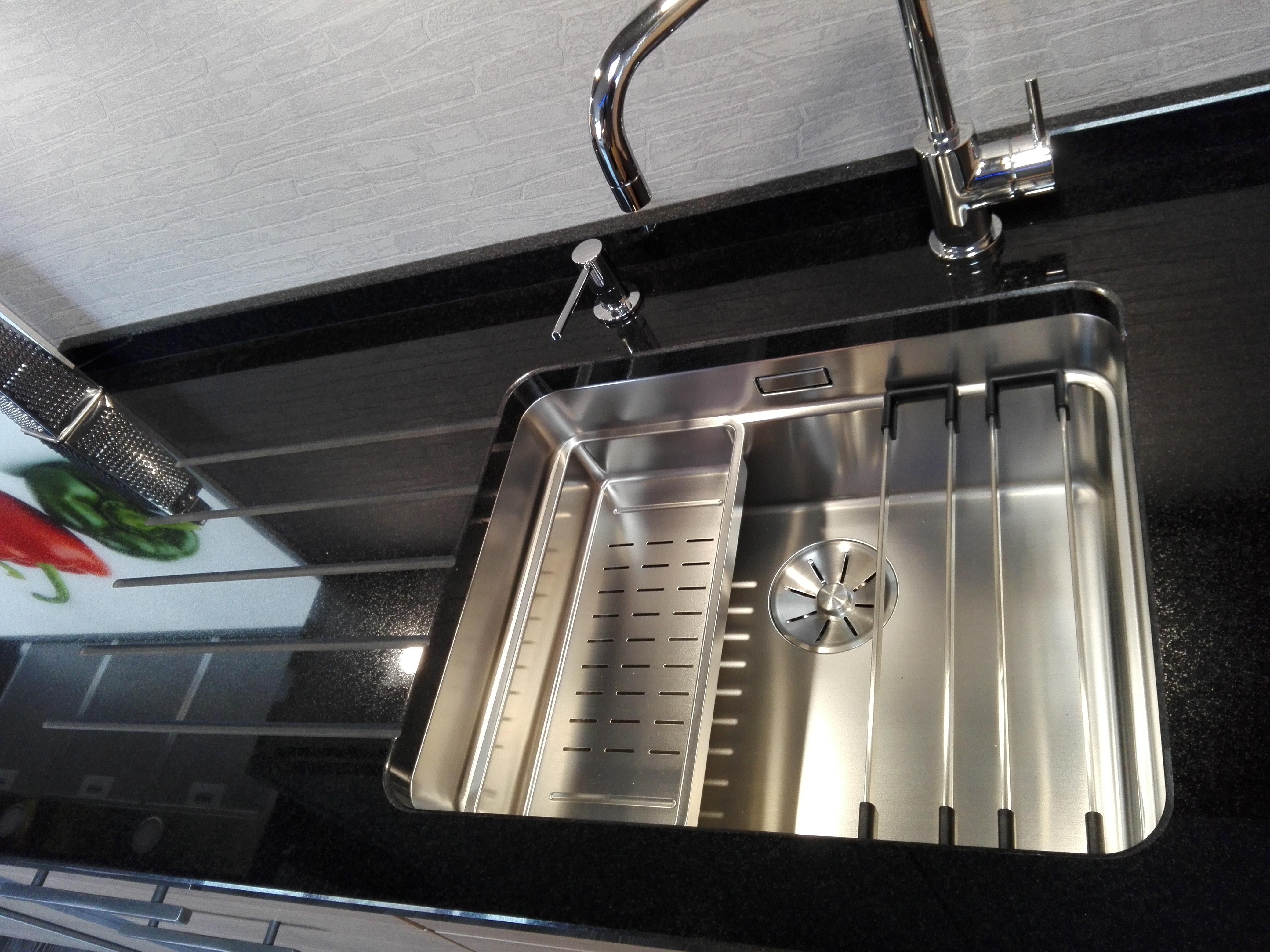 """Küche 3 - Spüle mit """"Etagenfunktion"""" im Naturstein untergebaut, mit eingefrästen Abtropfrillen und Spülmittelspender"""
