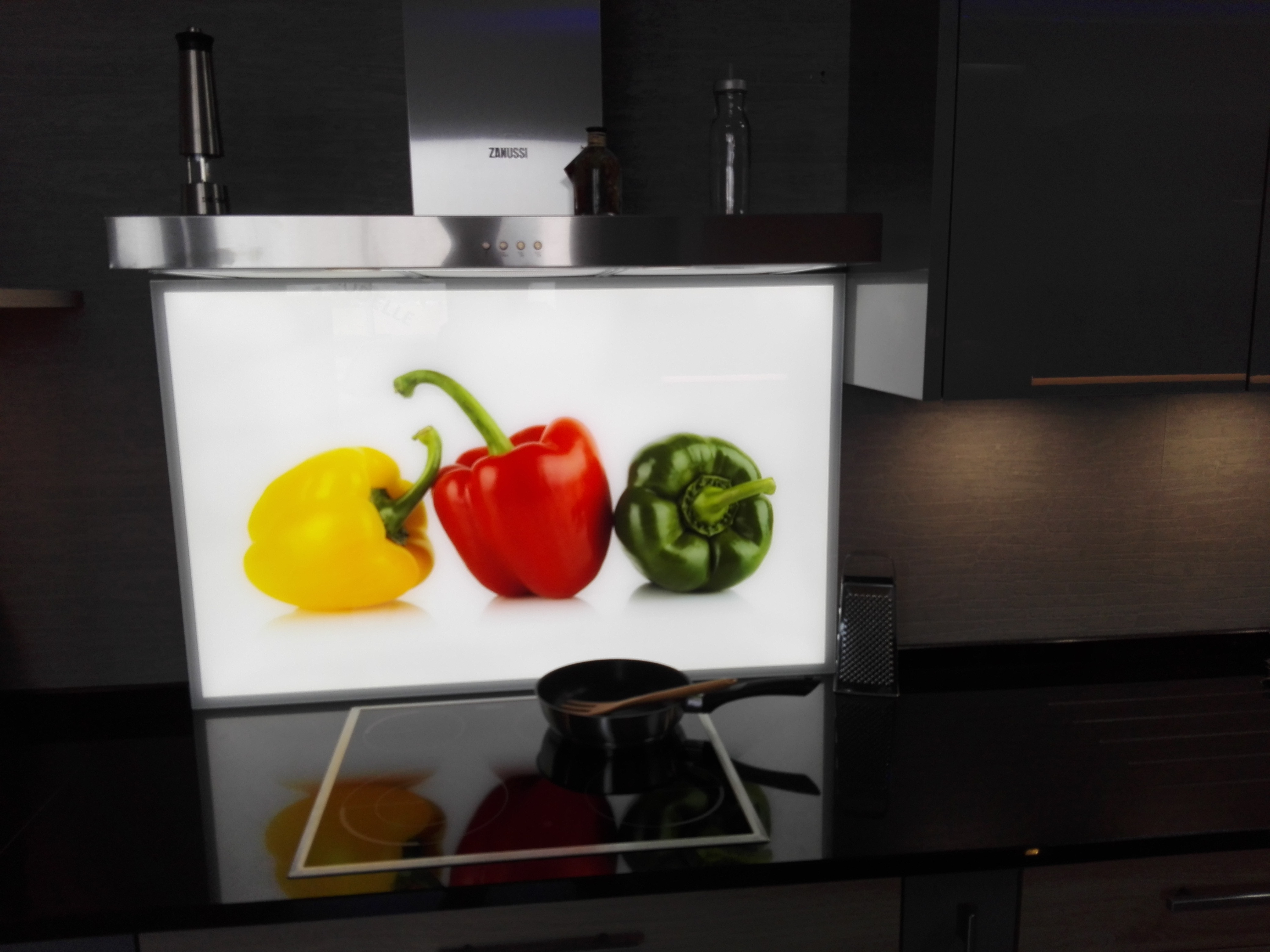 Küche 3 - bedruckte Glasrückwand mit vollflächiger LED-Beleuchtung