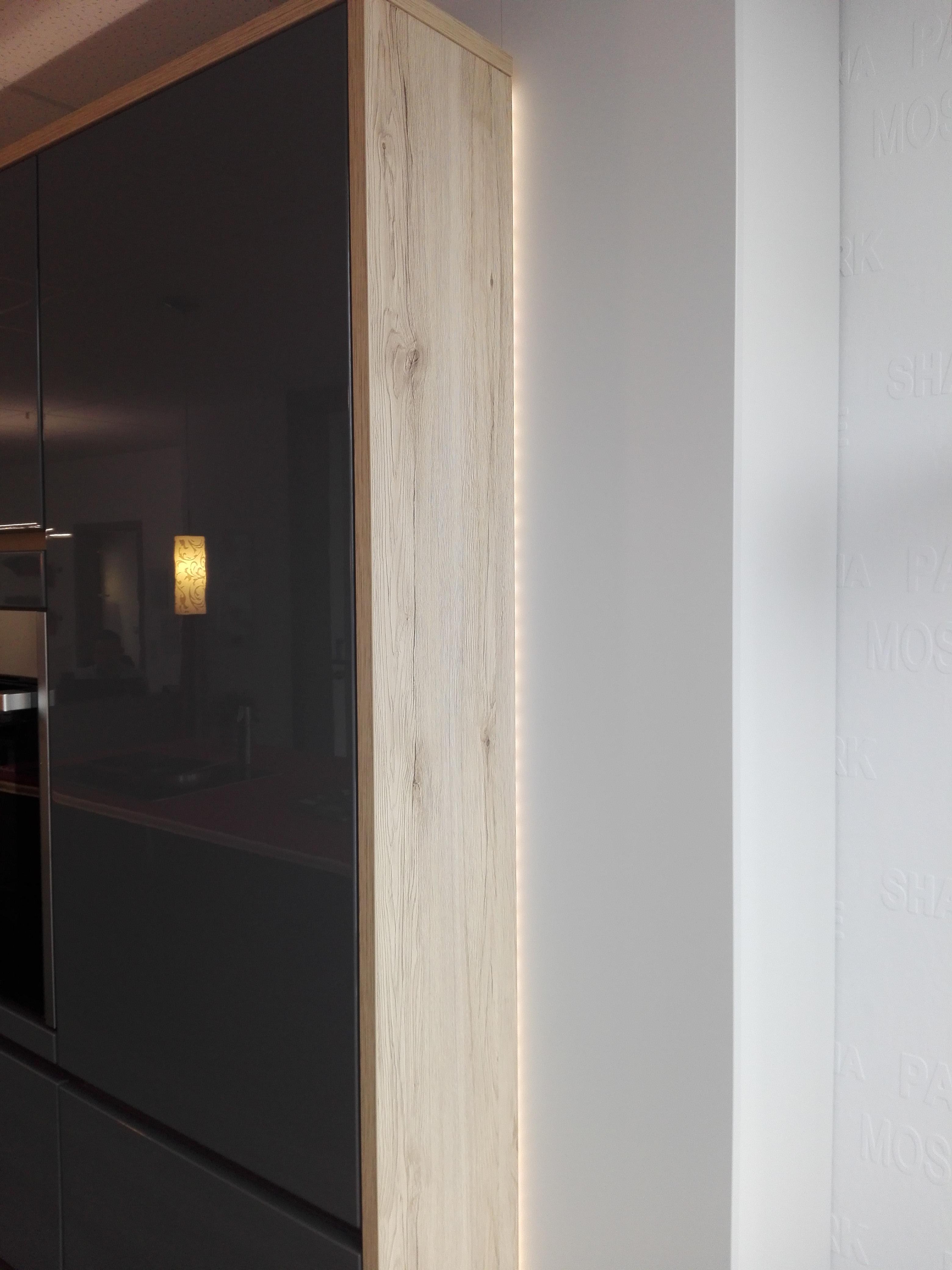 """Küche 6 - Hochschränke im Trockenbau """"versenkt"""" und mit LED-Ambientebeleuchtung in Szene gesetzt"""