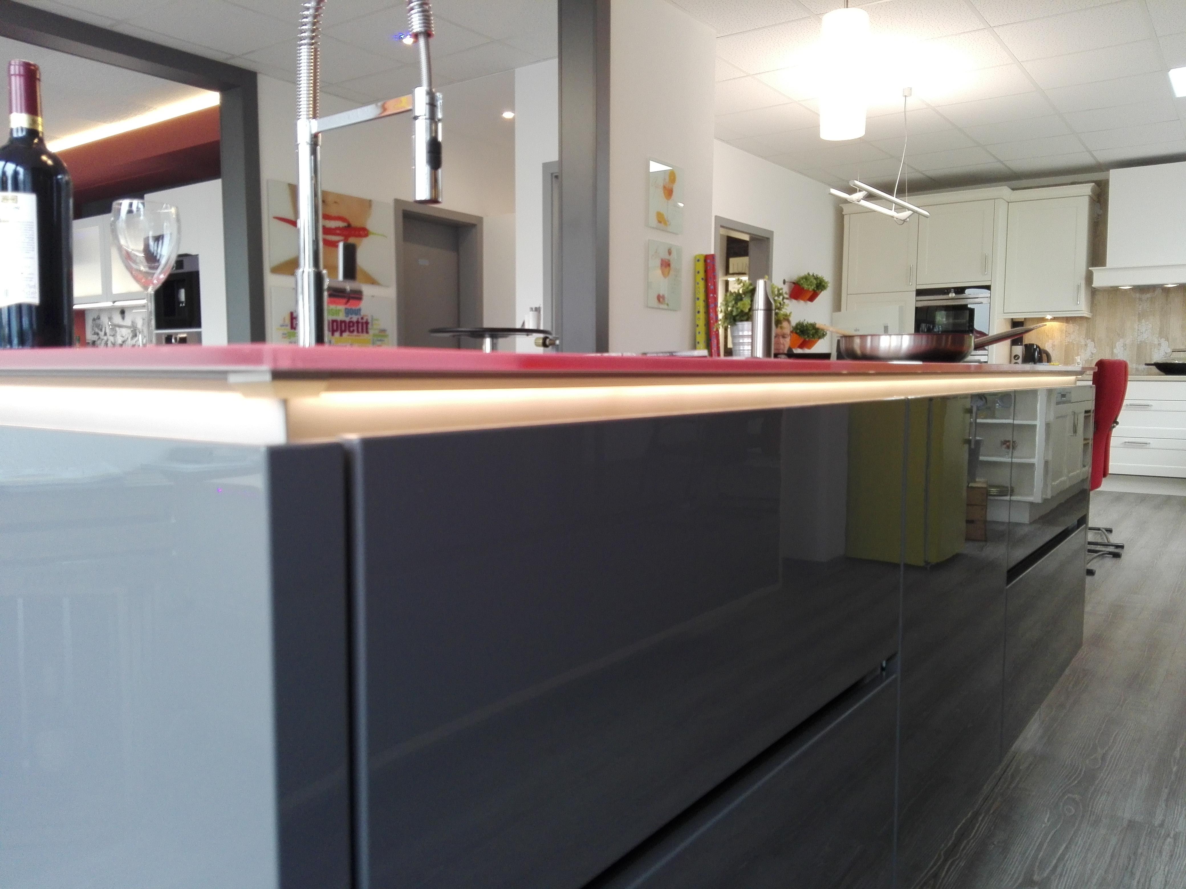 Küche 6 - LED-Lichtband unter der hochwertigen Glasarbeitsplatte (RAL 3017 Rosè)