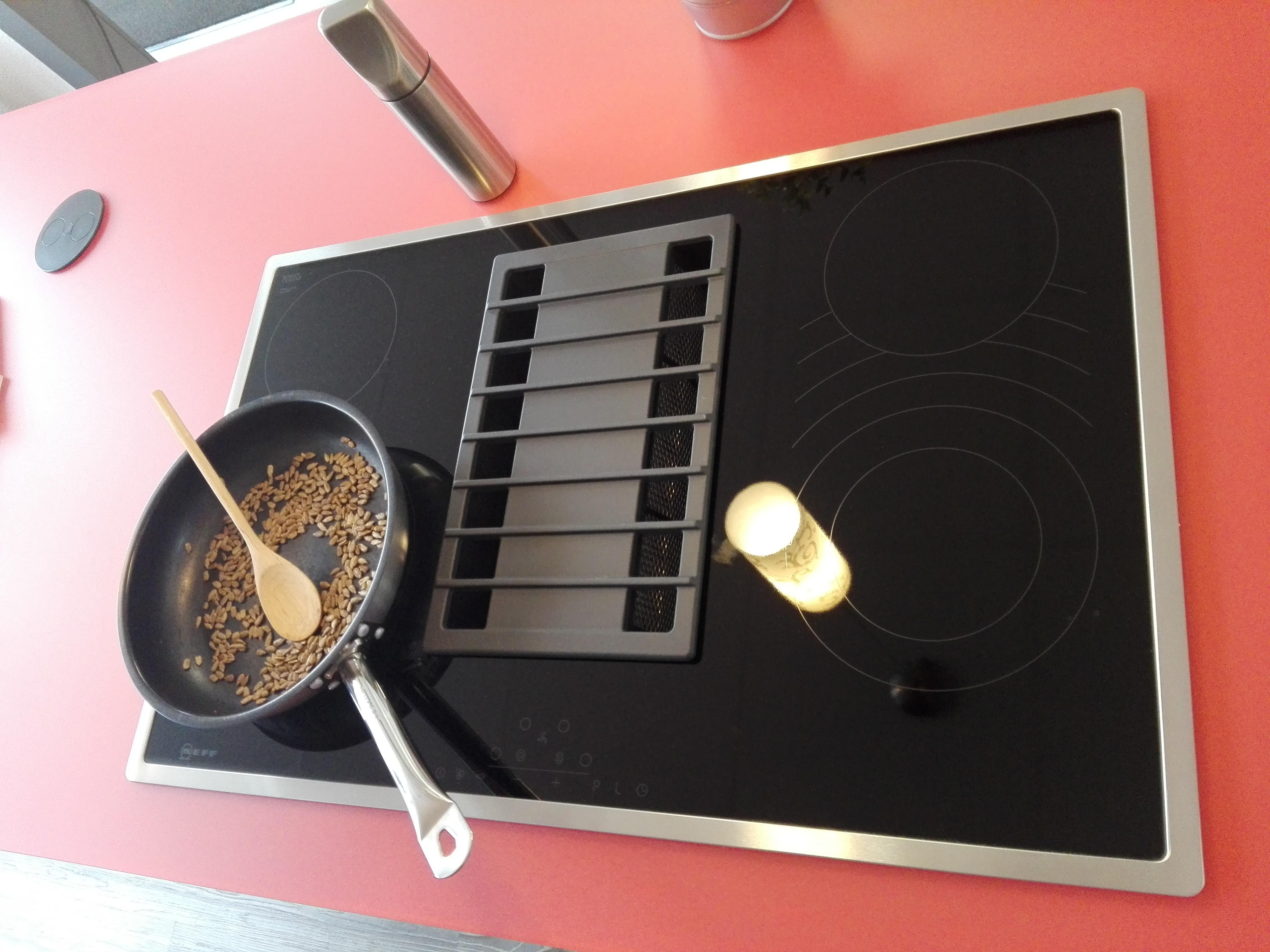 Küche 6 - NEFF Kochfeld mit integrierter Dunstabzugshaube (Muldenlüfter), oben links erkennbar die TWIST Arbeitsplattensteckdose