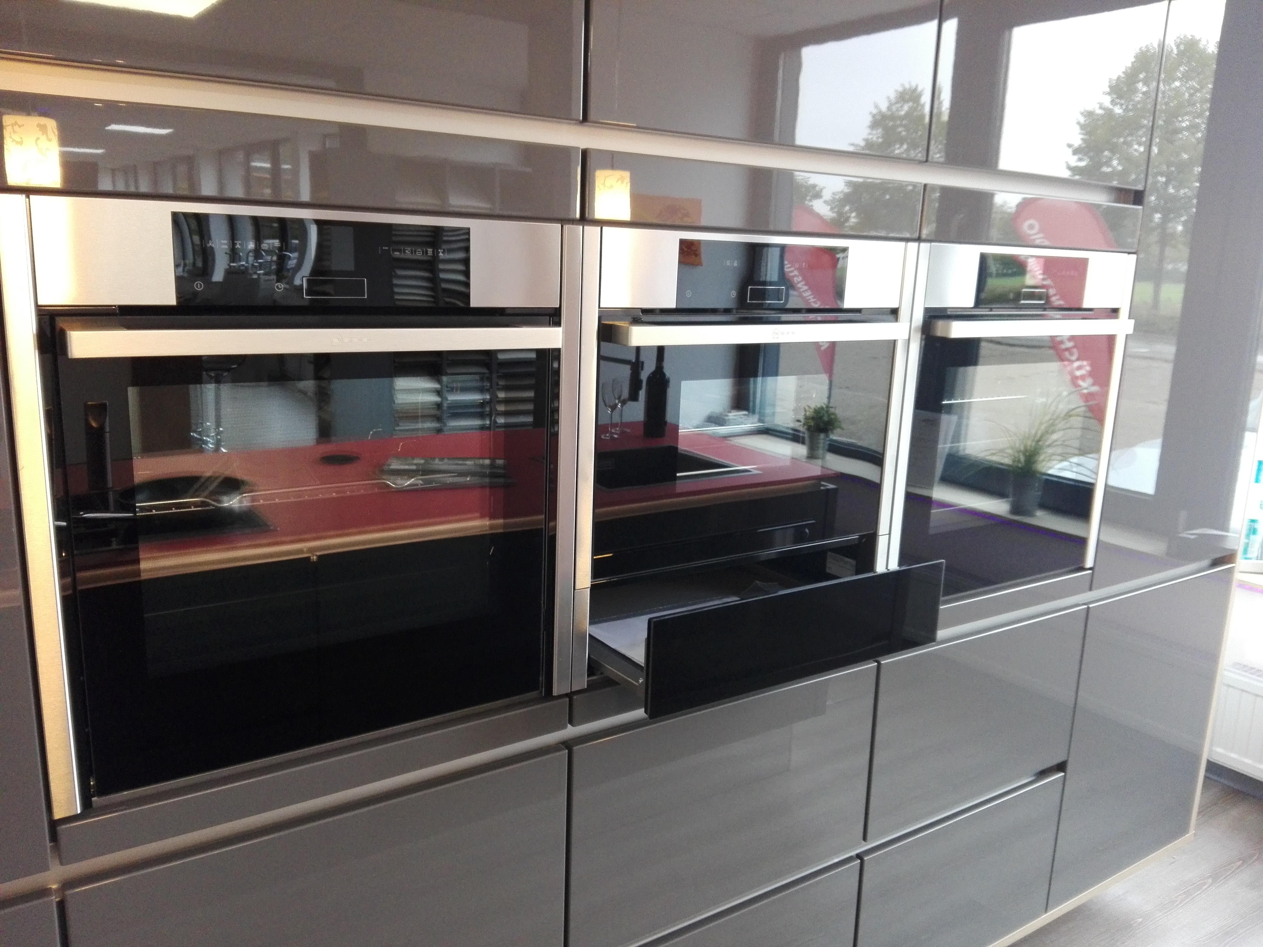 Küche 6 - Hochschrankwand mit verschiedenen Elektrogeräten, unter dem Dampfgarer in der Mitte die optisch zu den Geräten passende Systemschublade