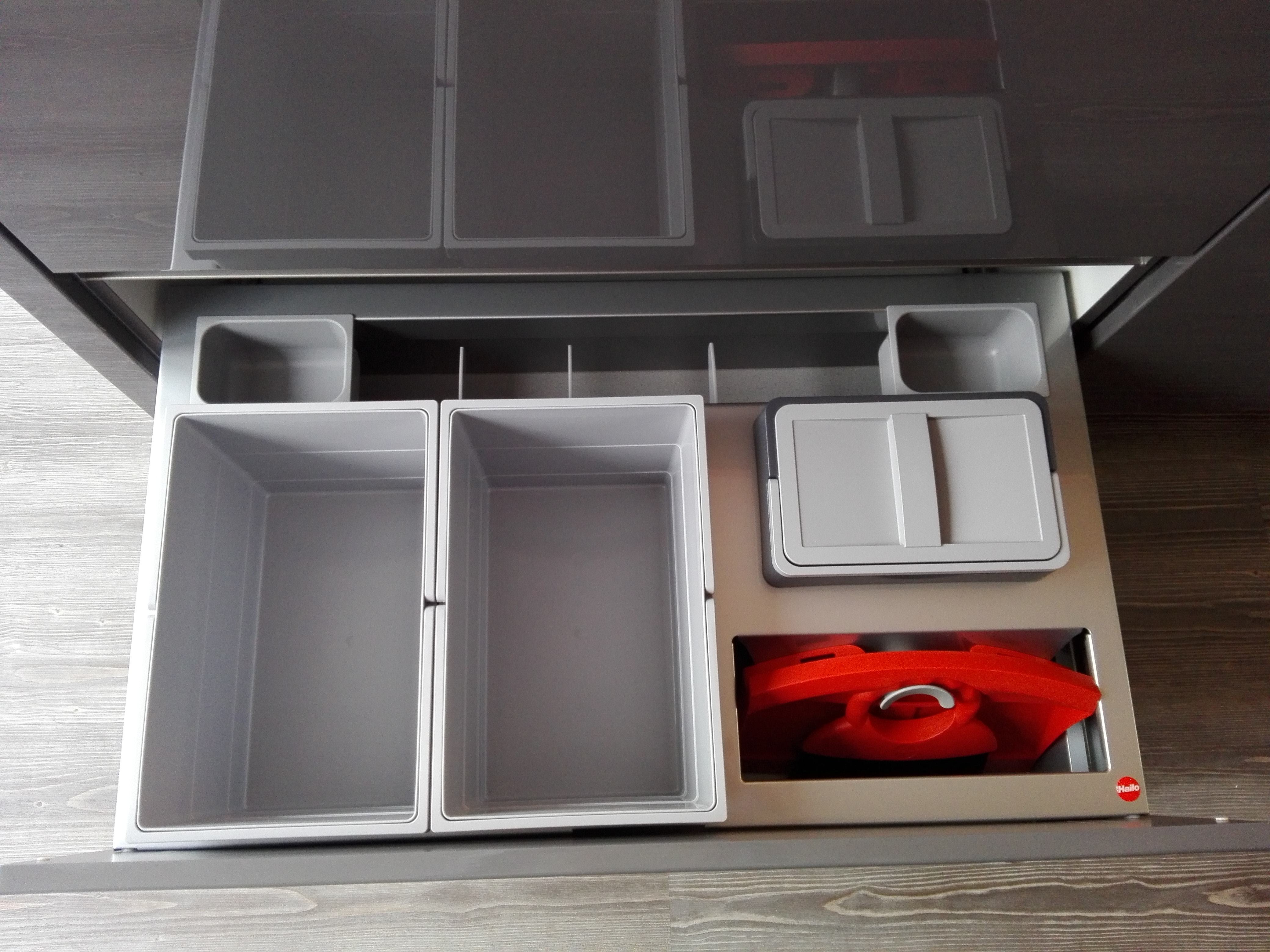 """Küche 6 - Abfalltrennung im Spülenunterschrank integriert, als """"Schmankerl"""" ist das Kehrblech mitsamt Handfeger ebenfalls dort untergebracht"""